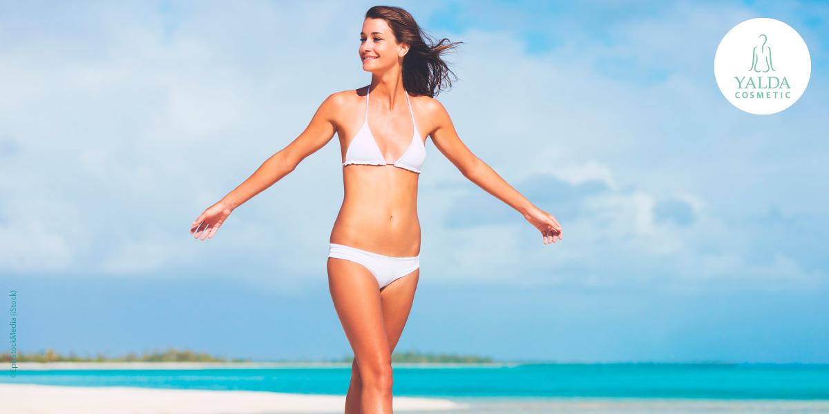 Frau im Bikini, weiß, am Strand mit frischer Haut. Copyright: EpicStockMedia (iStock)