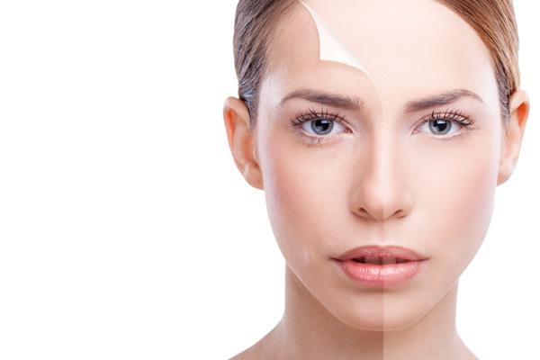 Gesicht einer Frau, das geteilt ist in eine Hälfte vor und eine Hälfte nach der kosmetischen Behandlung. Copyright: Marko Skrbic (iStock)