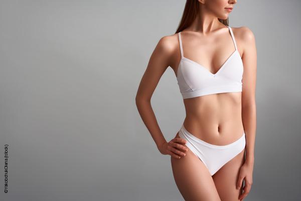 Frau in weißer Unterwäsche mit straffem Körper durch apparative Kosmetik